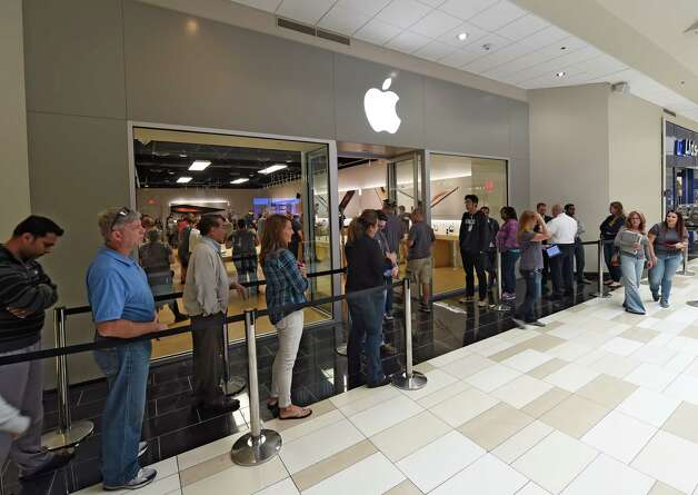 Consumers queue up to purchase their iPhone 6S Friday morning Sept. 25, 2015 at the Crossgates Mall Apple store in Albany, N.Y.     (Skip Dickstein/Times Union) Photo: SKIP DICKSTEIN / 10033502A