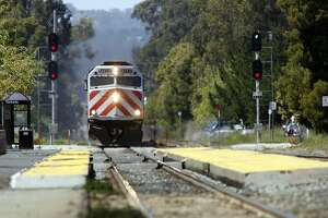 Caltrain fatality halts trains in both directions - Photo