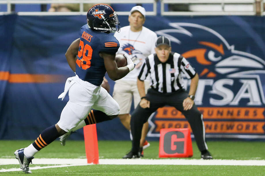 UTSA's Jalen Rhodes crosses the goal line for a first quarter touchdown in their game with Colorado State at the Alamodome on Saturday, Sept. 26, 2015. Photo: Marvin Pfeiffer /San Antonio Express-News / Express-News 2015