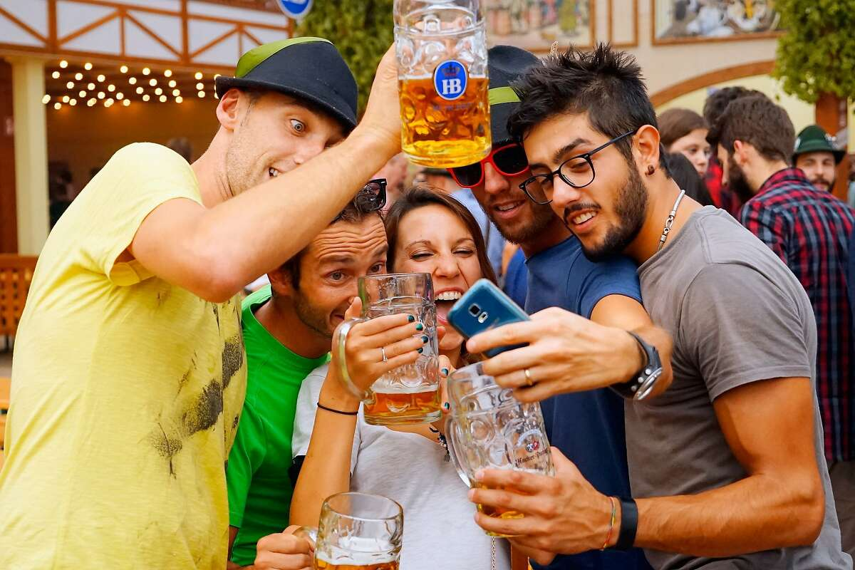 16-18 days Oktoberfest is celebrated from 16 to 18 days, starting in the middle of September and through the first weekend of October.