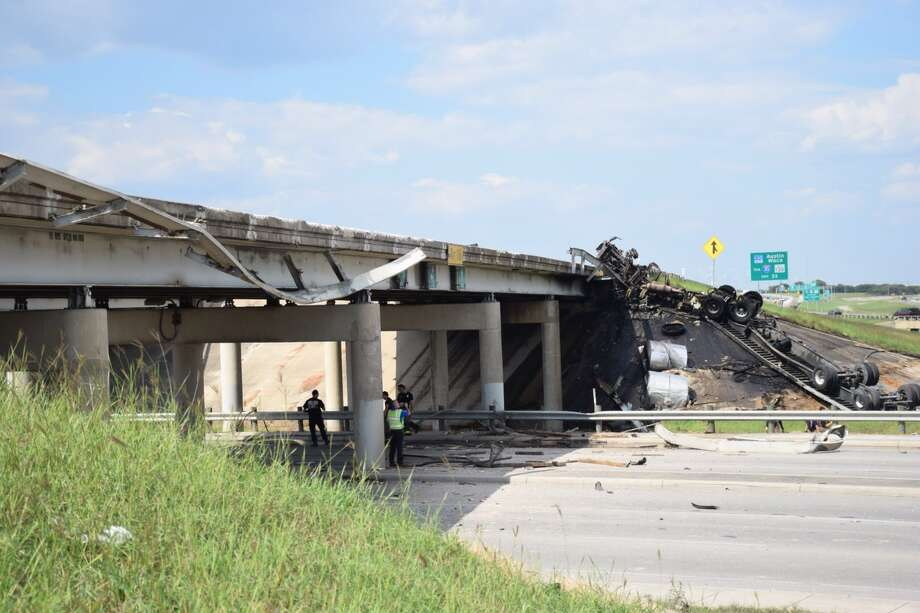 An 18-wheeler crashed into an unattended truck on Loop 410 near Houston Street on September 28, 2015. Photo: Mark D. Wilson/San Antonio Express-News
