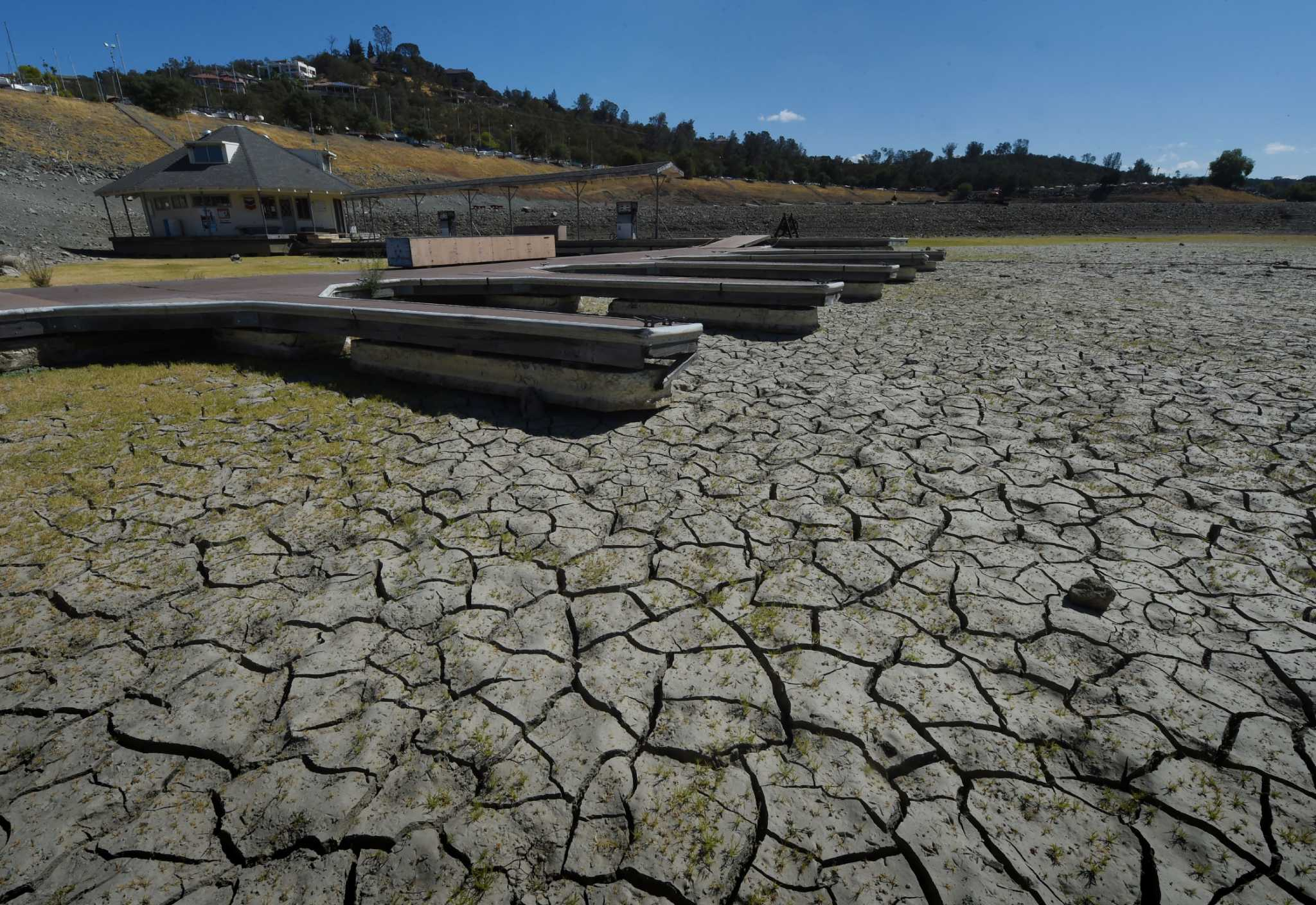 What are California lake's reservoir levels?