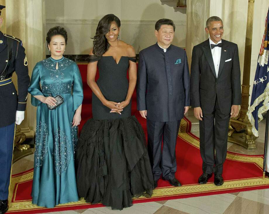 (L-R) Chinese President Xi Jinping's wife Peng Liyuan, first lady Michelle Obama, Chinese President Xi Jinping and President Barack Obama pose for a formal photo prior to a state dinner at the White House September 25, 2015 in Washington, DC. Photo: Pool /Getty Images / 2015 Getty Images