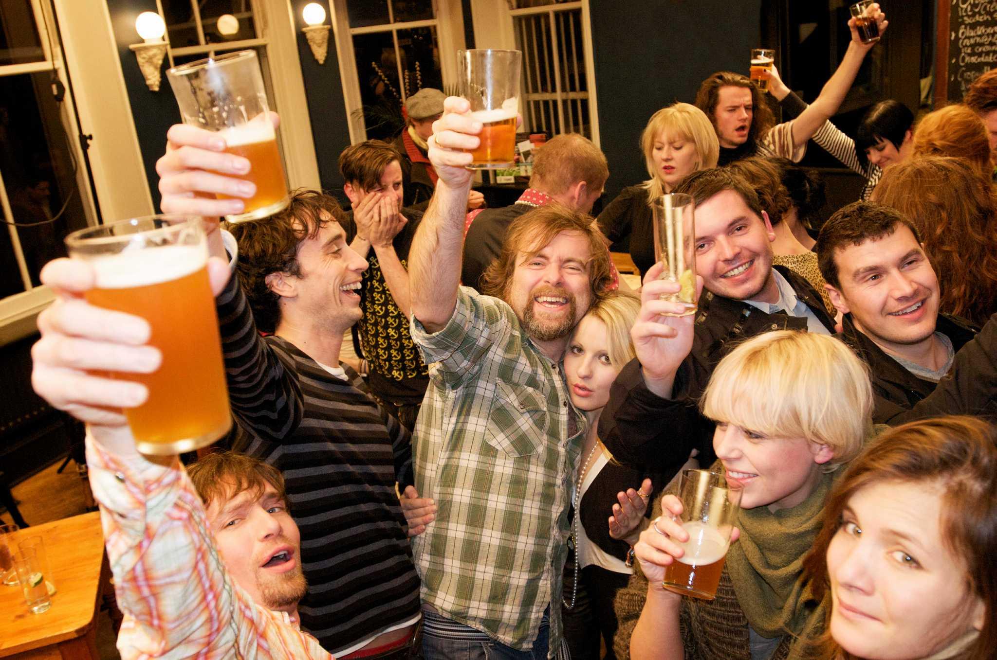 Больших пьяные посиделки студентов