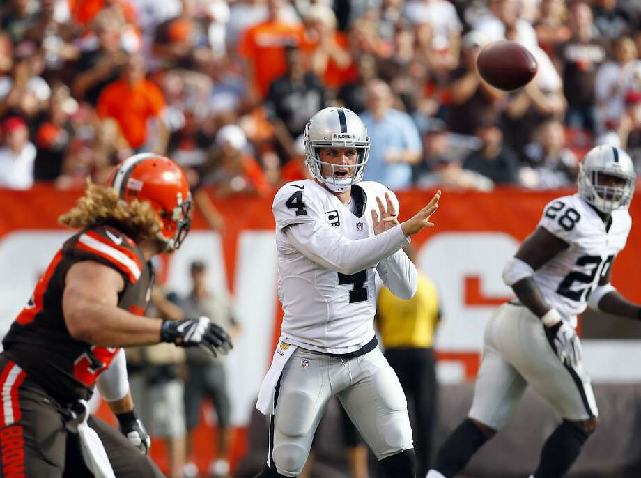 Raiders quarterback Derek Carr has two consecutive 300-yard passing games, including Sunday against Cleveland. Photo: Jeff Haynes, Associated Press