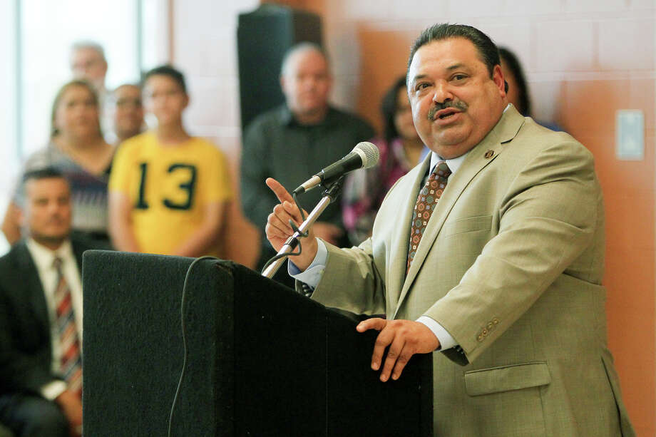 Harlandale ISD Superintendent Rey Madrigal shown in August helping open the district's new S.T.E.M. Early College High School. Photo: Marvin Pfeiffer /San Antonio Express-News / Express-News 2015
