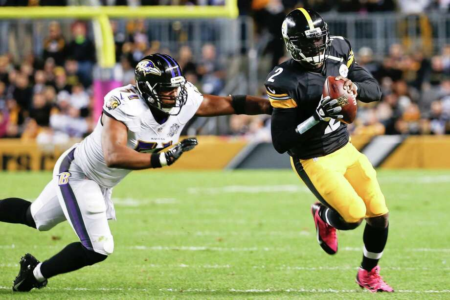 Pittsburgh Steelers quarterback Michael Vick, right, scrambles away from Baltimore Ravens inside linebacker Daryl Smith, left, in the second quarter of an NFL football game, Thursday, Oct. 1, 2015 in Pittsburgh. (AP Photo/Gene J. Puskar) ORG XMIT: PAKS Photo: Gene J. Puskar / AP