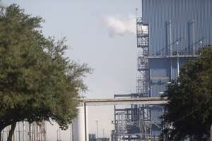 4 injured in Pasadena plant fire - Phot