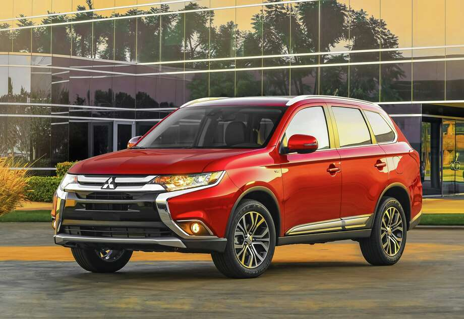 The new 2016 Mitsubishi Outlander is redesigned and reengineered to stand out in the competitive small crossover segment with its powerful and dynamic appearance and refined driving experience. Photo: Mitsubishi / © 2015 Mitsubishi Motors North America, Inc.