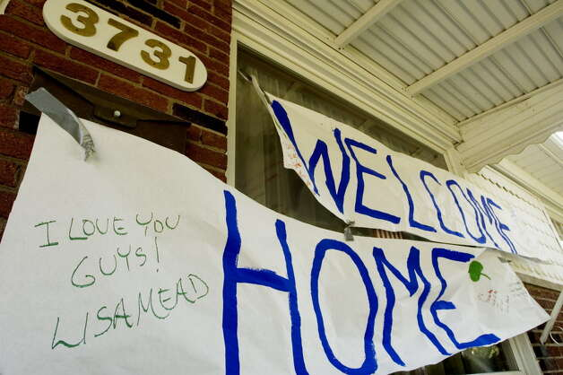 A welcome home sign greets survivors of the Ethan Allen boat tragedy, Evan and Anna McGongle, in Trenton, Mich., on October 5, 2005. (Michael P. Farrell/Times Union archive) Photo: MICHAEL P. FARRELL / ALBANY TIMES UNION