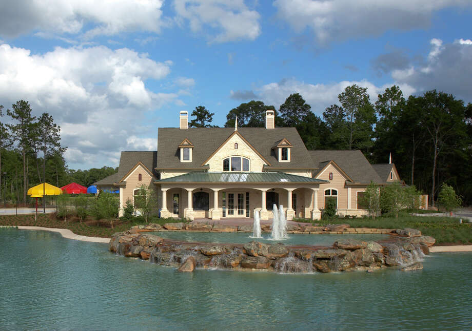 Amenities at The Falls at Imperial Oaks include an award-winning lakeside clubhouse with pool and splash pad.