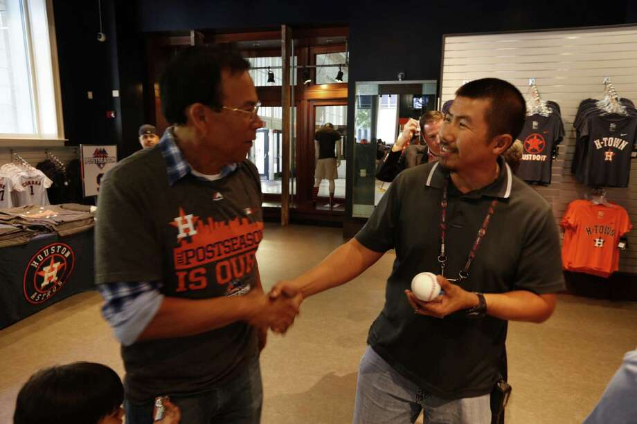 Linh Nguyen (right) gets a ball signed by former Astros Jose Cruz at the Astros store at Minute Maid Park Monday, October 5, 2015. Steve Gonzales / Chronicle Photo: Steven Gonzales