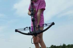 10-year-old Texas girl kills 13-foot, 800-pound alligator with crossbow - Photo