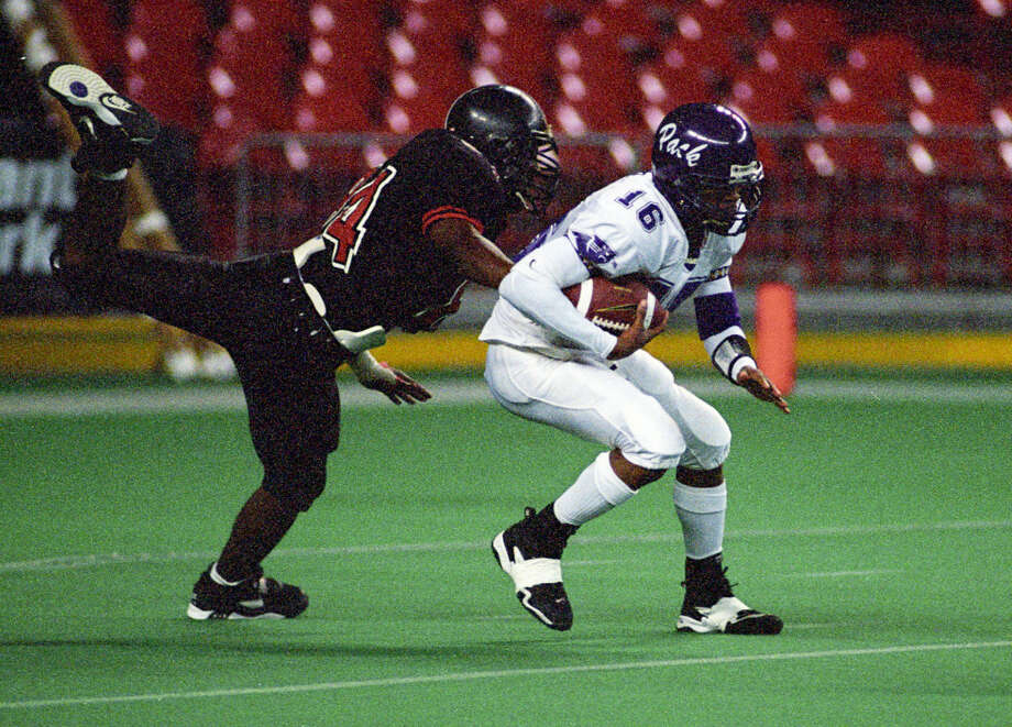 Lufkin's Reggie McNeal, right, was an elusive target for defensive players during a 2001 state title run. Photo: Kim Christensen, Freelance / Freelance