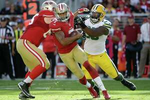 Kaepernick's conundrum: How to play loose while avoiding turnovers - Photo