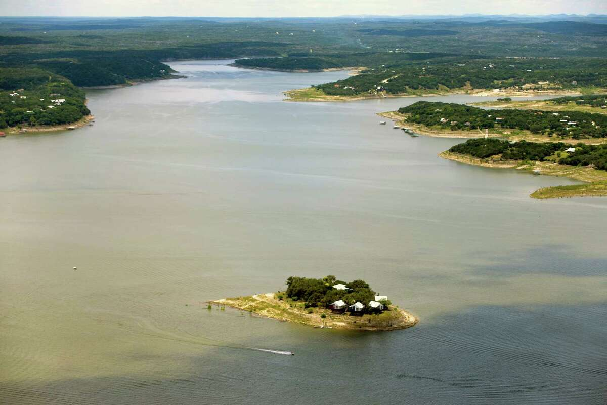 Medina Lake - 2016 In the months following 2015's Memorial Day floods, the lake's level continued to increase. On May 31, 2016, the capacity reached 100 percent full for the first time since October 2007.