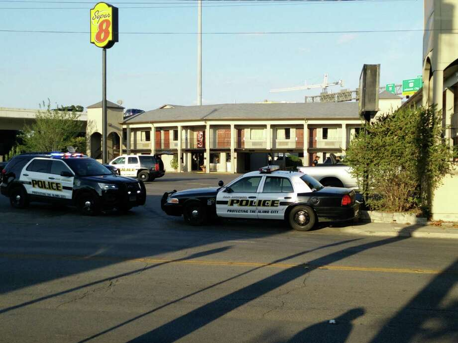 A week long search for one man ended in the apprehension of four people Wednesday night, Oct. 7, 2015, at a downtown motel. Photo: Jacob Beltran/San Antonio Express-News
