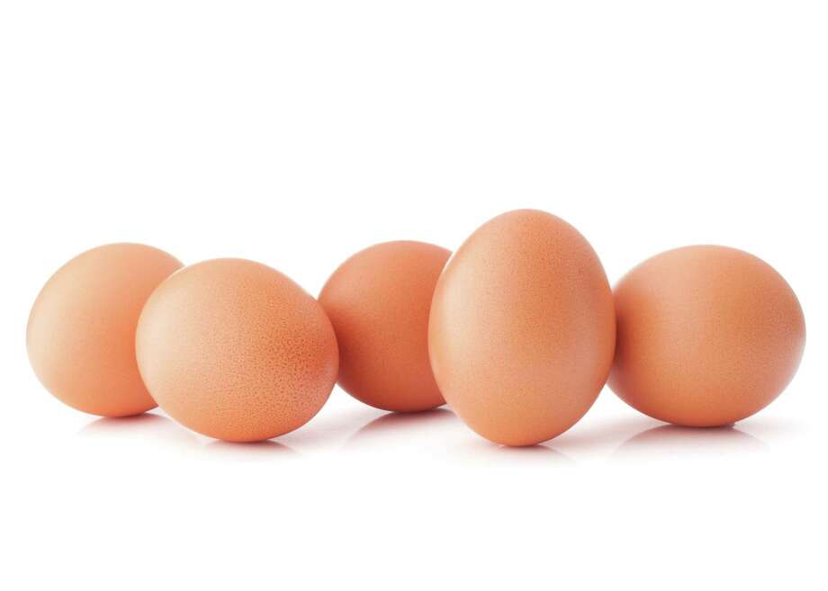 Egg isolated on white background cutout / Natika - Fotolia