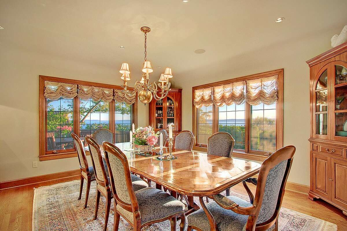 The dining room in 2570 Magnolia Blvd. W.
