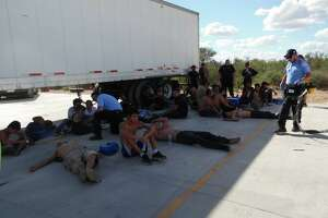 Video: Dozens of migrants unload from 100-degree trailer - Photo