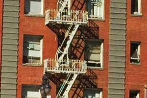 Man screaming on Tenderloin fire escape keeps S.F. police at bay - Photo