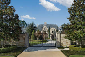 2 impressive Texas mansions to go up for auction - Photo