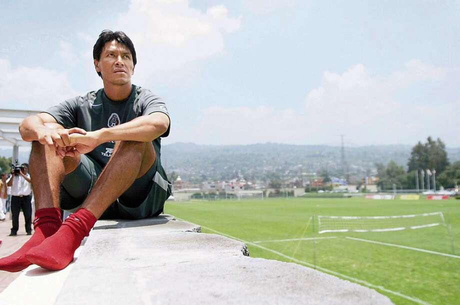 20SELE 1 DE JULIO DE 2004. FOTO DE RAMON ROMERO. DEPORTES, FUTBOL. IMAGEN DIGITAL. CENTRO PEGASSO ENTRENAMIENTO DE LA SELECCION MEXICANA DE FUTBOL.    CLAUDIO SUAREZ    ------    Credit: El Universal    Cutline: Defender Claudio Suarez rests following a recent practice with the Mexican national team in Mexico City.    emailed photo / handout email