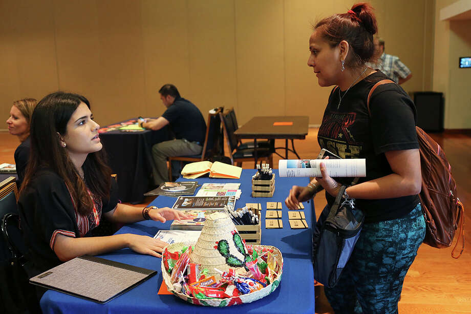Erika Mateu (left) with the Tecnologico de Monterrey Mexico City campus talks with UTSA sociology major Elizabeth Lopez. Photo: JERRY LARA,  Staff / San Antonio Express-News / © 2015 San Antonio Express-News