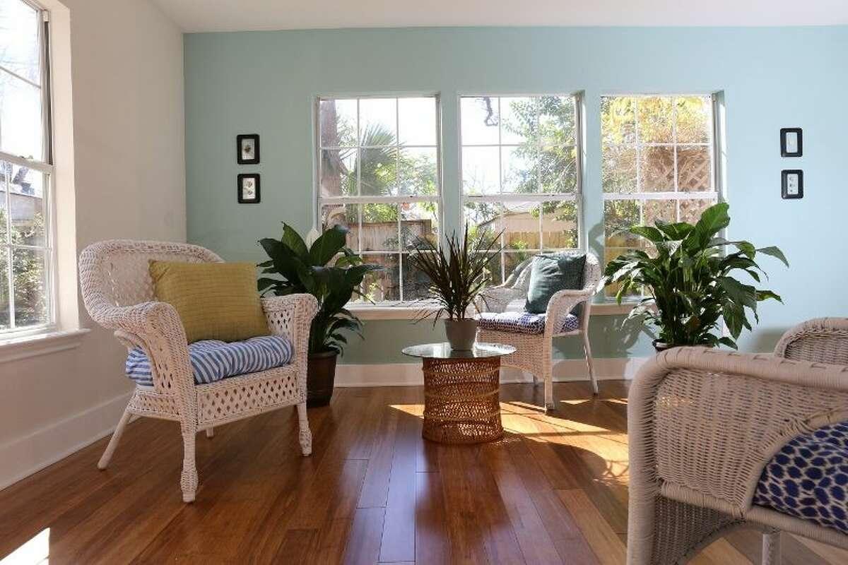 1.Luxury home with designer décor Price:avg. $256/night Sleeps:10 Bedrooms:4 Bathrooms:2