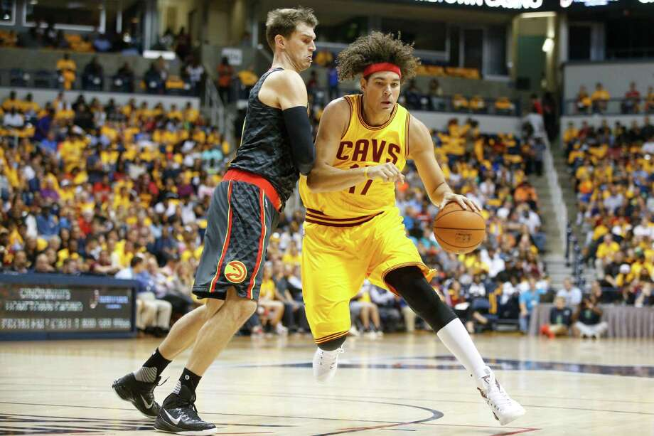 Cleveland Cavaliers forward Anderson Varejao (17) dribbles against Atlanta Hawks forward Tiago Splitter, left, in the first half of an NBA preseason basketball game, Wednesday, Oct. 7, 2015, in Cincinnati. The Hawks won 98-96. Photo: John Minchillo /Associated Press / AP