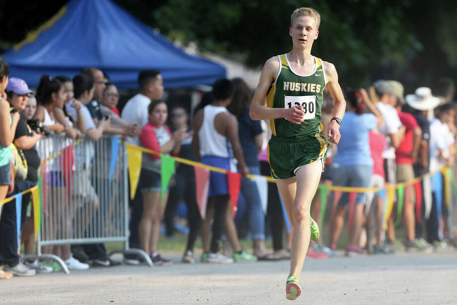 Holmes' Ethan Hageman nears the finish line of the Varsity boys 3-mile run during the Southwest ISD Invitational cross country meet at Southwest High School on Saturday, Aug. 29, 2015. Hageman won the event with a time of 15 minutes, 5.84 seconds.  MARVIN PFEIFFER/ mpfeiffer@express-news.net Photo: Marvin Pfeiffer, San Antonio Express-News / Express-News 2015