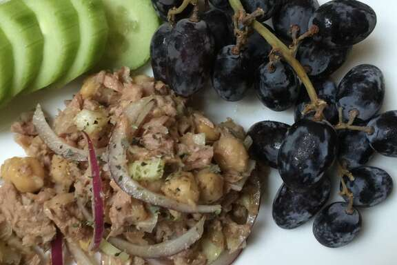 Chickpea salad with tuna and red onions