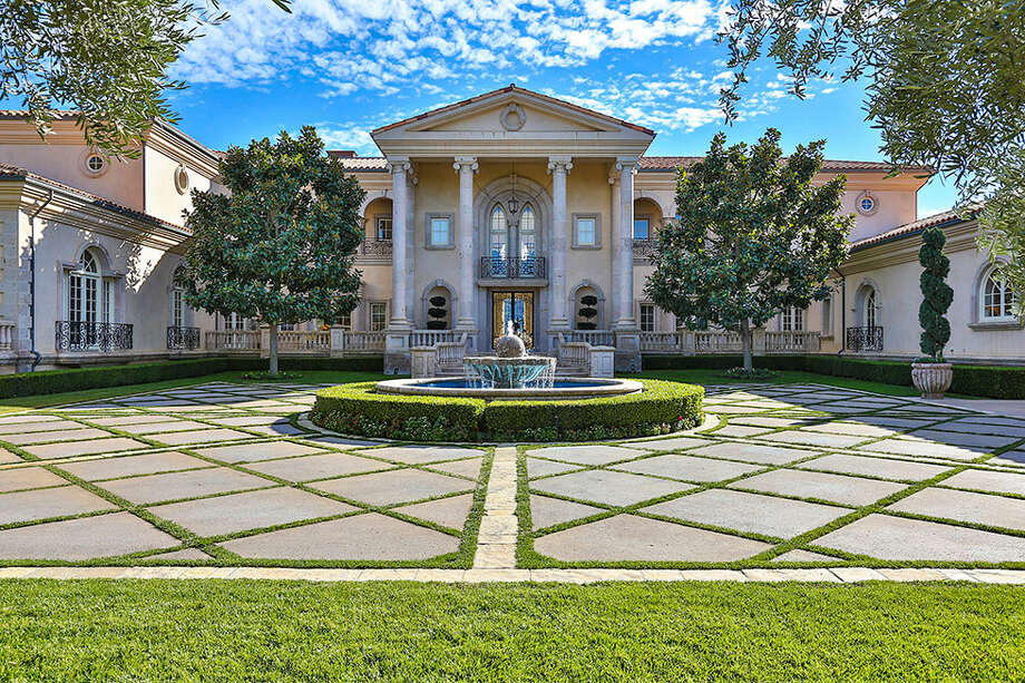 Pop star Britney Spears has purchased this mansion spanning more than 12,000 square feet for a hefty $7.4 million. Photo: Berlyn Photography, Courtesy/Zillow.com Listing / 2013 Berlyn Photography