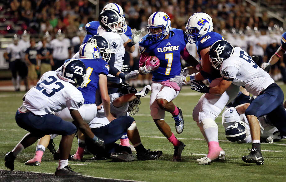 Clemens' Frank Harris (center) heads to the end zone for a touchdown against Smithson Valley during first half action Friday Oct. 16, 2015 at at Lehnhoff Stadium. Photo: Edward A. Ornelas, Staff / San Antonio Express-News / © 2015 San Antonio Express-News
