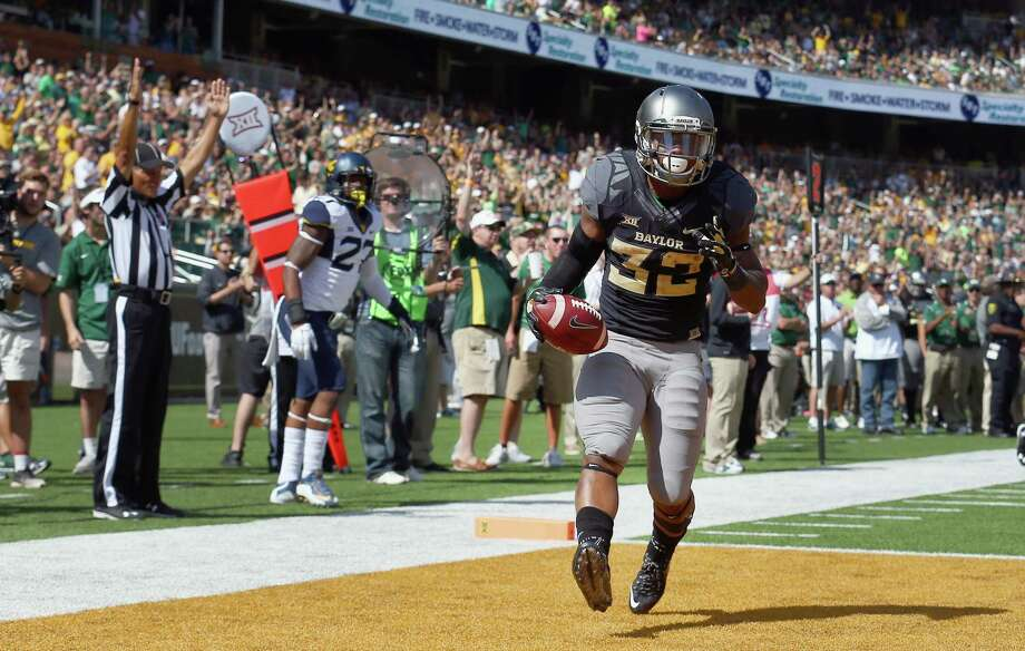 WACO, TX - OCTOBER 17:  Shock Linwood #32 of the Baylor Bears carries the ball to score a touchdown against Dravon Askew-Henry #6 of the West Virginia Mountaineers in the second half at McLane Stadium on October 17, 2015 in Waco, Texas.  (Photo by Tom Pennington/Getty Images) Photo: Tom Pennington, Staff / Getty Images / 2015 Getty Images
