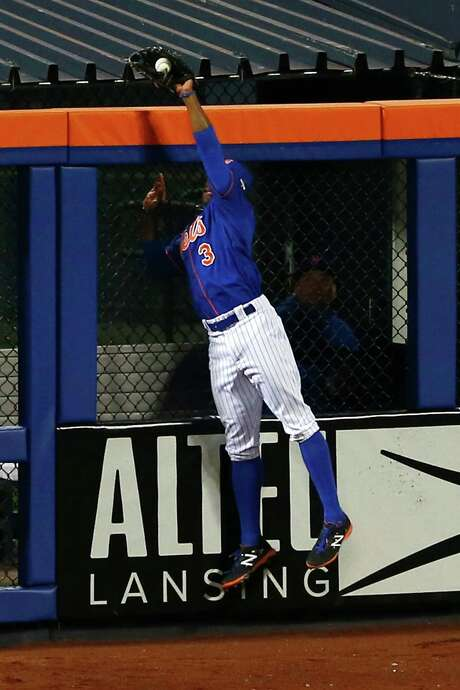 Mets right fielder Curtis Granderson performs an act of thievery on a drive hit by the Cubs' Chris Coghlan in the second inning. Photo: Mike Stobe, Stringer / 2015 Getty Images