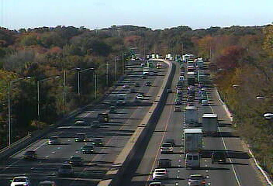 Traffic passes Exit 19 southbound on I-95, where a three-vehicle crash has been reported. Photo: CT DOT