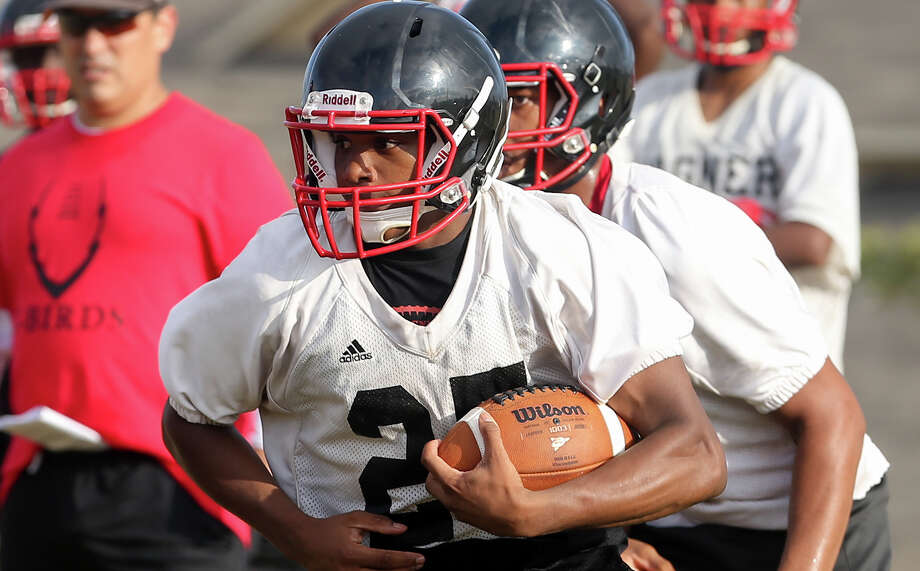 Wagner running back Jamaree Yelton looks for running room during the first day of practice on Aug. 10, 2015. Photo: Marvin Pfeiffer /San Antonio Express-News / Express-News 2015