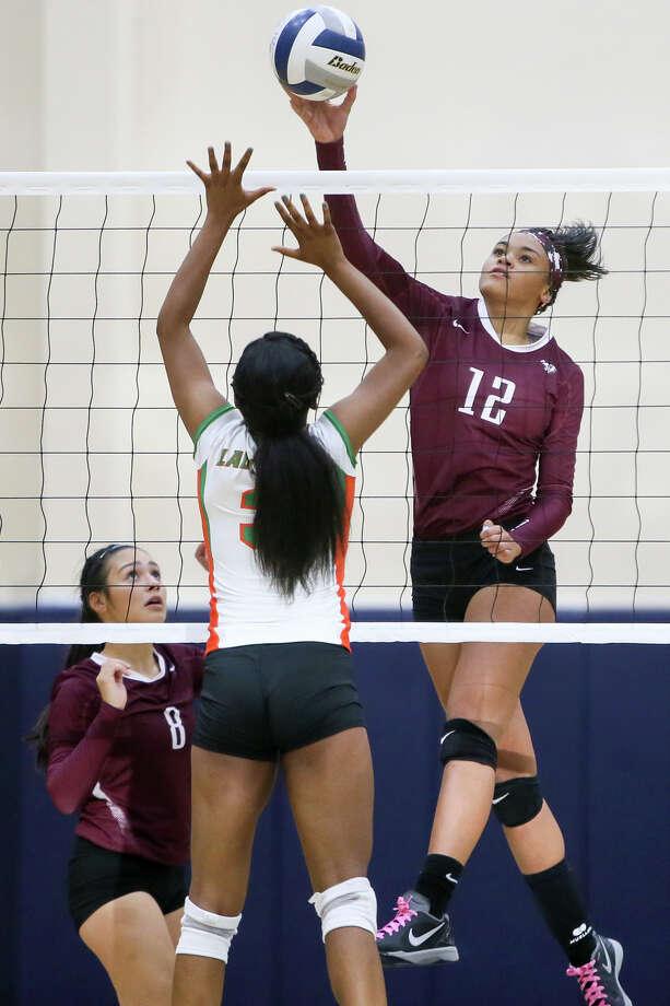 Highlands' Jazmine Jackson (right) puts a shot past Sam Houston's Natalie Coburn Oct. 14. Photo: Marvin Pfeiffer /San Antonio Express-News / Express-News 2015