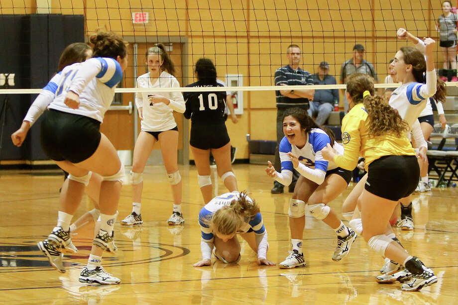 Alamo Heights players celebrate their victory over Boerne Champion. The Mules rallied from two sets down to win the match. Photo: Marvin Pfeiffer /San Antonio Express-News / Express-News 2015
