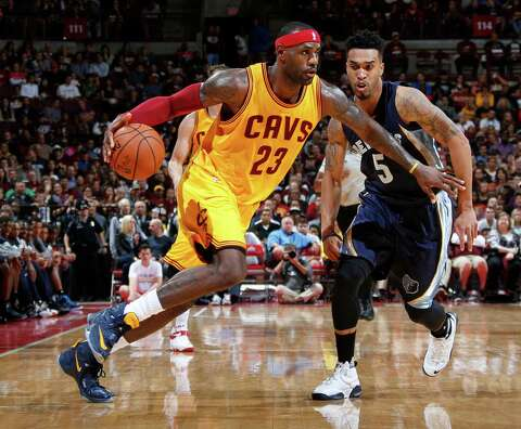 52dee57bc8d64d LeBron James (23) of the Cleveland Cavaliers is guarded by Courtney Lee (5
