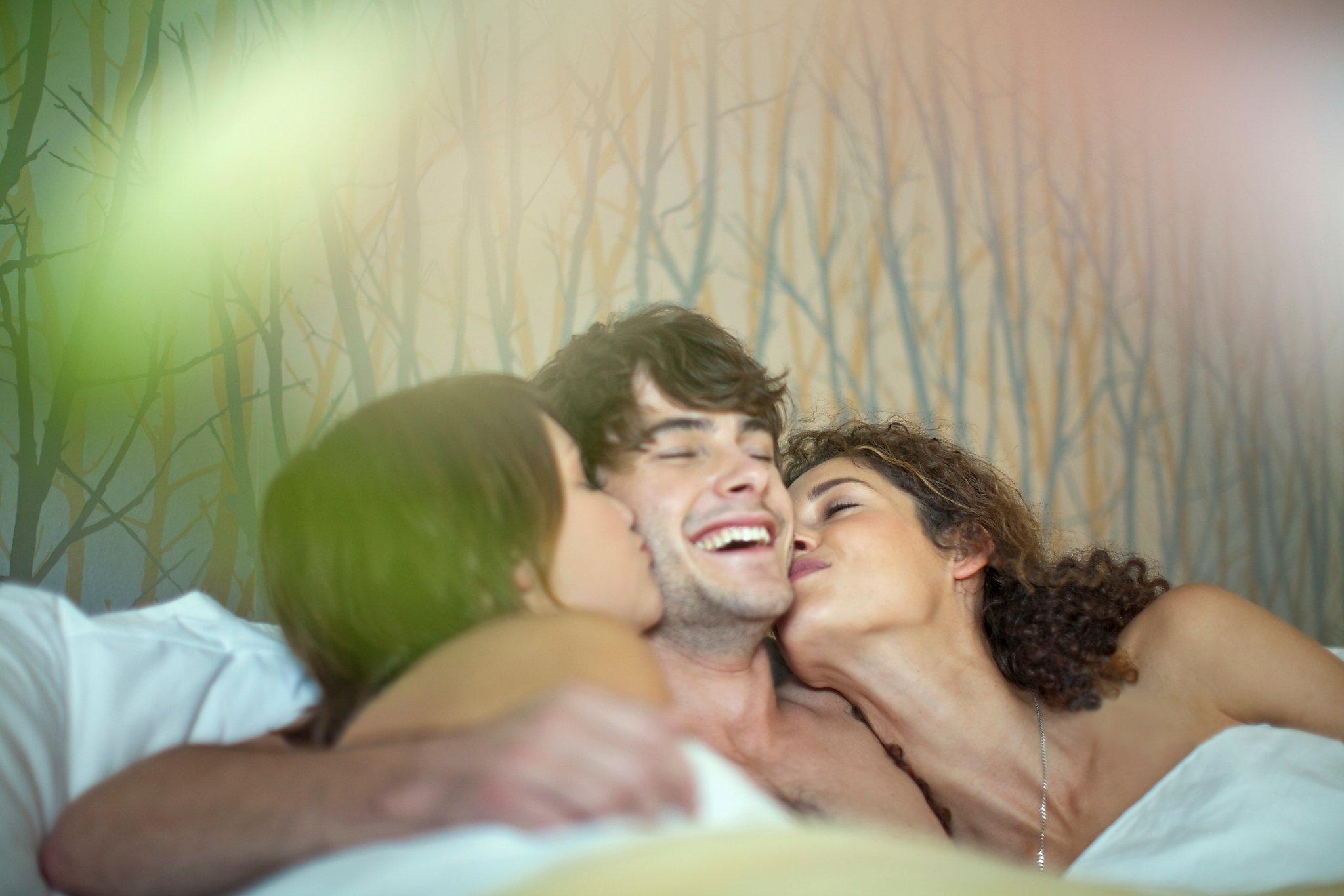 Видео с мужчиной и двумя женщинами, видео бразильского группового секса