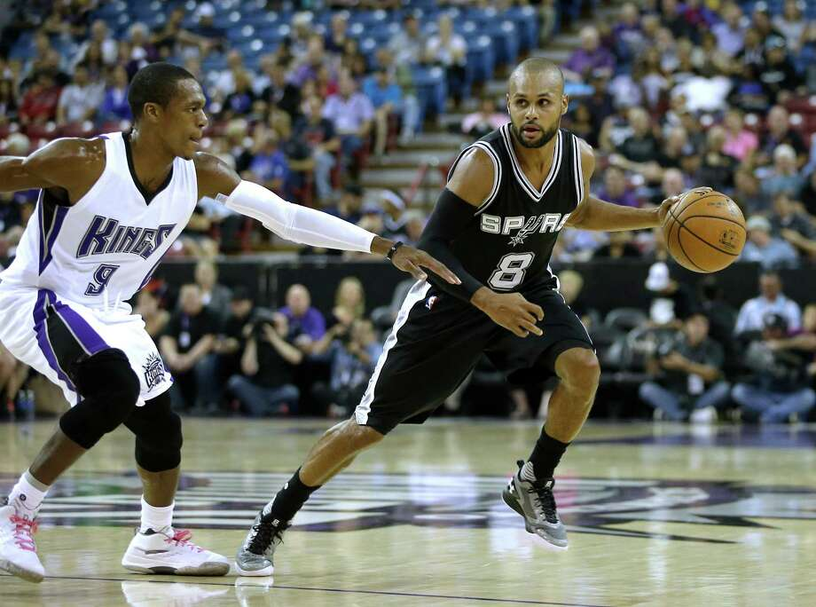 Spurs guard Patty Mills tries to drive past Sacramento Kings guard Rajon Rondo during the first quarter of a preseason game in Sacramento, Calif., on Oct. 8, 2015. Photo: Rich Pedroncelli /Associated Press / AP