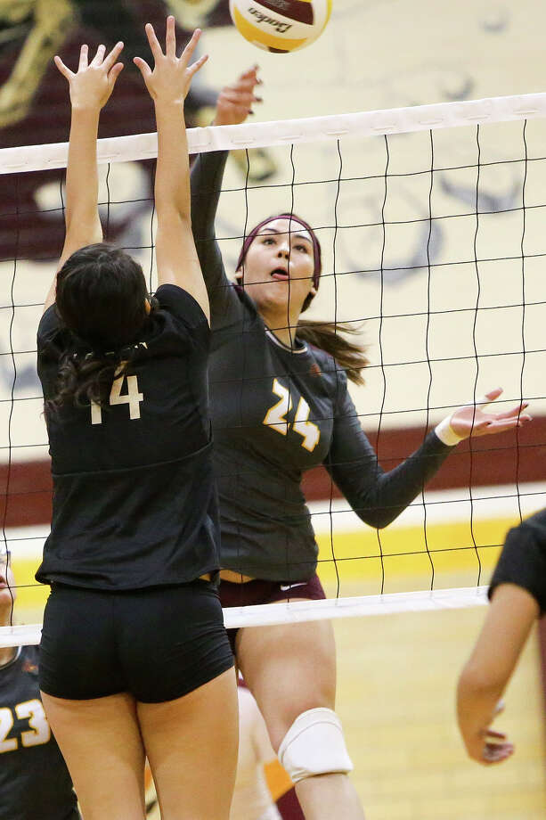 Harlandale's Tanya Ramos (right) tries to get a shot past Edison's Mercedes Padilla (left) during their match at Harlandale on Tuesday, Sept. 8, 2015.  Edison won the match 3-2.  MARVIN PFEIFFER/ mpfeiffer@express-news.net Photo: Marvin Pfeiffer, Staff / San Antonio Express-News / Express-News 2015