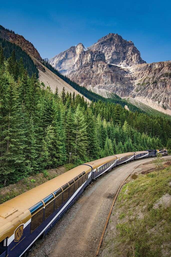 Ένα τρένο Rocky Mountaineer κινείται μέσω του καναδικού Βραχώδη Όρη.  Συγκροτήθηκε το 1990, η σιδηροδρομική εταιρεία μεταφέρει τους ταξιδιώτες μέσω Αλμπέρτα και Βρετανική Κολούμπια.  Φωτογραφία: Scott rowed, Rocky ορειβάτης