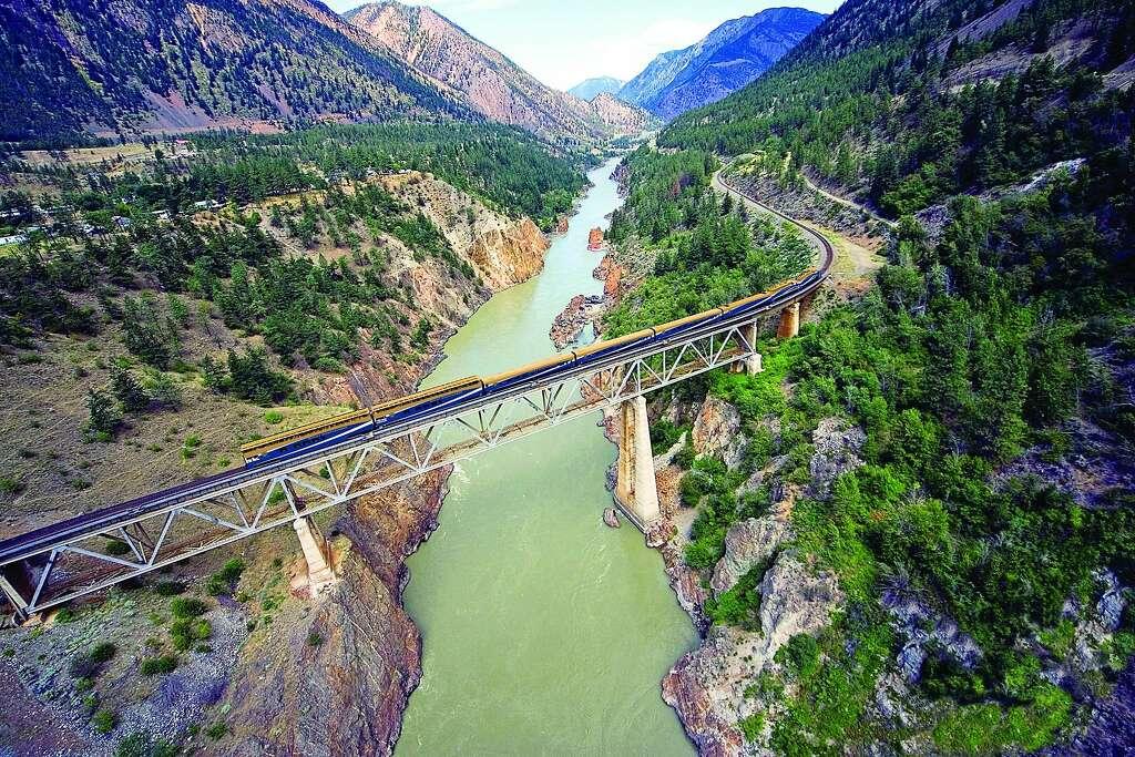 Κοντά Lillooet, Βρετανική Κολομβία, το Rocky ορειβάτης σέρνεται παρελθόν πεύκα και πάνω από τον ποταμό Fraser σε όλη την 821-πόδι-μακρύ, 190-πόδι-υψηλή γέφυρα φαράγγι.  Φωτογραφία: Www.insight-photography.com, Rocky ορειβάτης