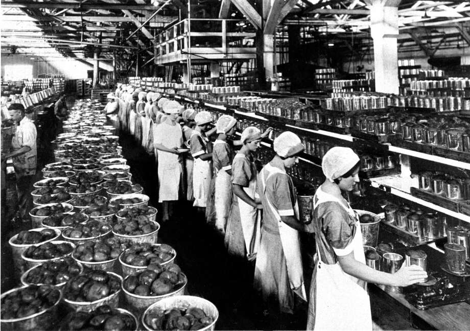 Women working at a Del Monte Corp. canning plant during the 1930s. / ONLINE_YES