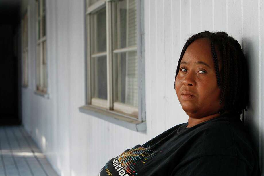 Dearie Ruth had a tough time finding a new home as the deadline nears for Crestmont Village Apartments' closure. Photo: Steve Gonzales, Staff / © 2015 Houston Chronicle