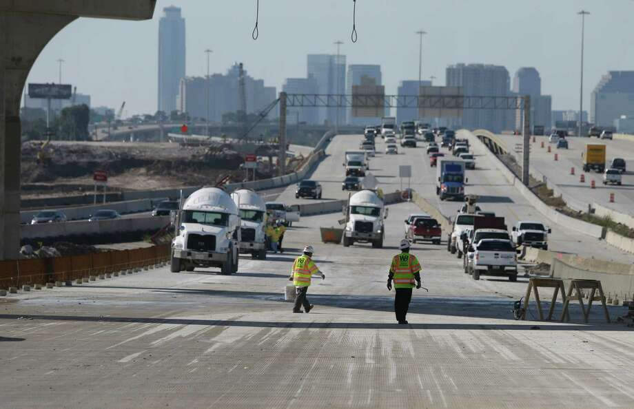 Loop 610 northbound traffic will connect to the new eastbound bridge this weekend, once crews are finished preparing the road. Photo: Melissa Phillip, Houston Chronicle / © 2015 Houston Chronicle