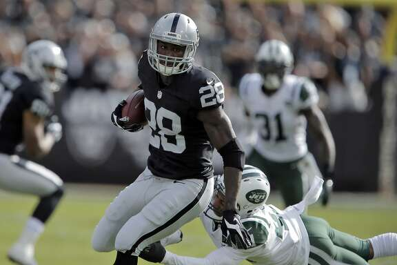 Raiders Latavius Murray (28) runs in the first half as the Oakland Raiders played the New York Jets at O.co Coliseum in Oakland, Calif., on Sunday, November 1, 2015.